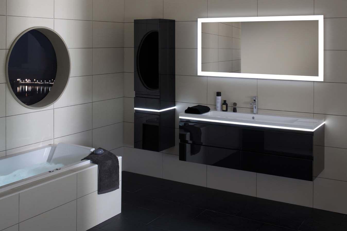 Une Salle De Bain Black White Des Meubles Noirs Apporteront Une Touche Chic Moderne Et Meuble Salle De Bain Salle De Bain Noir Et Blanc Deco Salle De Bain