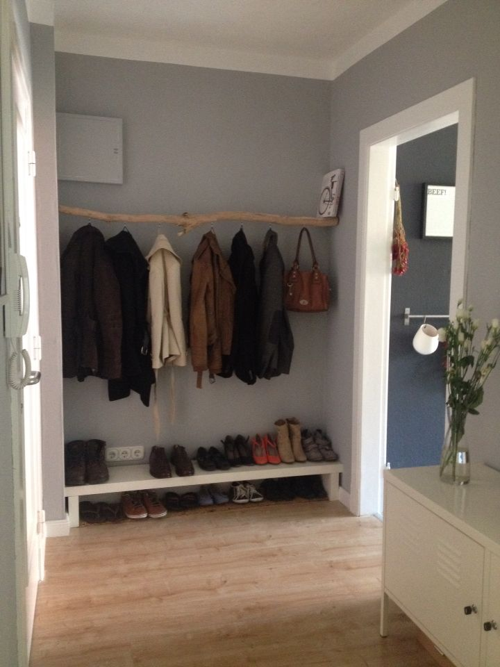 diy garderobe aus einem ast maybe we need a low shelf like. Black Bedroom Furniture Sets. Home Design Ideas