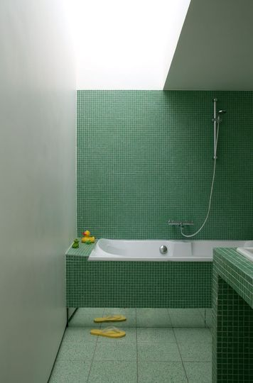 carrelage salle de bains et si on carrelait aussi la baignoire carrelage salle de bain. Black Bedroom Furniture Sets. Home Design Ideas