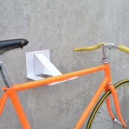 Die Halterung für Fahrradliebhaber. Aus gelasertem und pulverbeschichtetem Stahlbelch und inkl. Filzschoner für das Fahrrad. Flach verpackt, in Form gebracht mit enormem Platzsparpotenzial. Die stabile Wandhalterung für Rennrad Rahmen mit geradem Oberrohr.Design: Tim Plorin, 2014Material: 2mm Stahl, pulverbeschichtetDimensionen: 160 x 165 x 315mm | 1000gLieferumfang: Fahradwandhalterung ohne Befestigungsmaterial