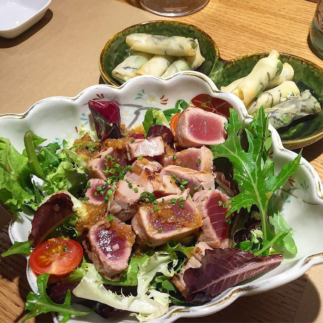 : Ensalada  de #tataki de atún crujiente de #edamame en el restaurante @aiuenobcn. Nuevo descubrimiento en el #eixample cerca de la parada de metro #verdaguer. Este asiático cuenta sólo con 2 mesas y unas cuantas barras en las que podrás disfrutar de una cena sofisticada y desenfadada a la vez. Desde tu silla puedes observar  a los cocineros preparar  #sushi . Nos encantó la ensalada y el variado largo de #nigiri #uramaki y #maki. Precio medio 25 pp. Tienen un menú degustación genial por 28…