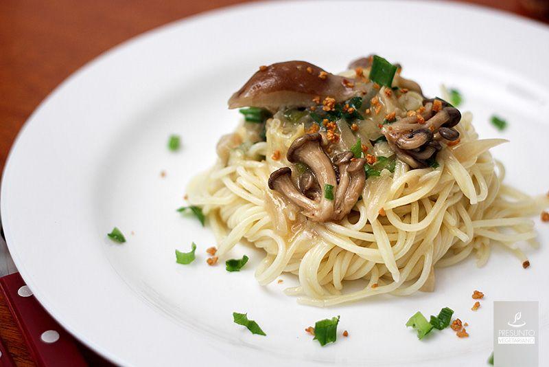 macarrão ao molho branco e cogumelos vegano