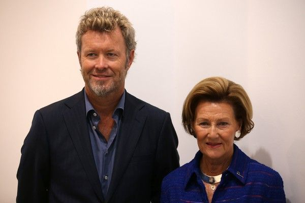 Norway's Queen Sonja (R) and Magne Furuholmen of Norwegian band A-ha pose at the opening of their joint exhibition in London on September 27, 2016..The show entitled Texture, is a portfolio of ten prints by Norway's Queen Sonja and Magne Furuholmen, made in support of The Queen Sonja Print Award (QSPA).  / AFP / DANIEL LEAL-OLIVAS / RESTRICTED TO EDITORIAL USE - MANDATORY MENTION OF THE ARTIST UPON PUBLICATION - TO ILLUSTRATE THE EVENT AS SPECIFIED IN THE CAPTION