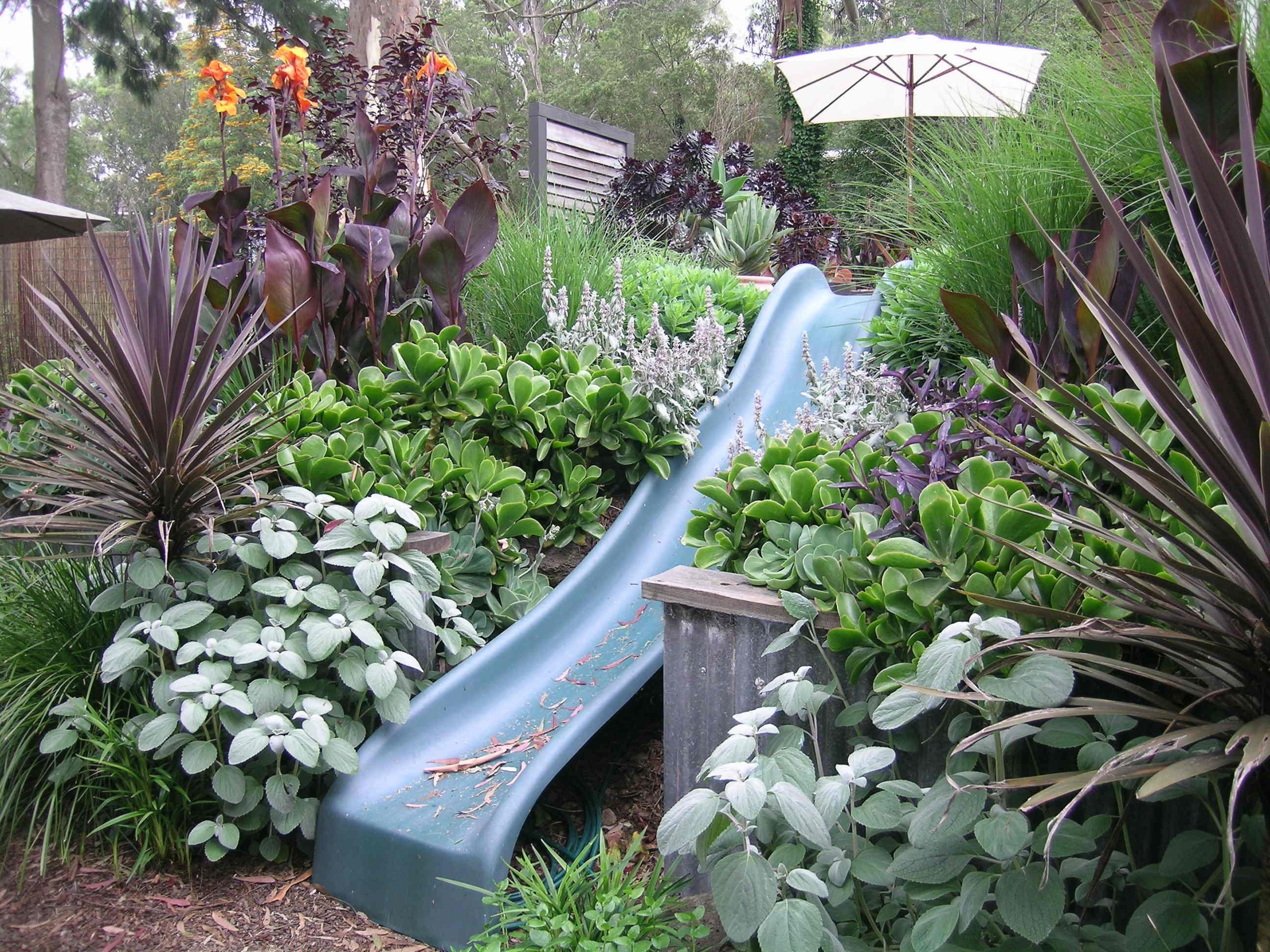 Rutsche Eingebettet In Blumenbeet Kinder Kinderrutsche Garten