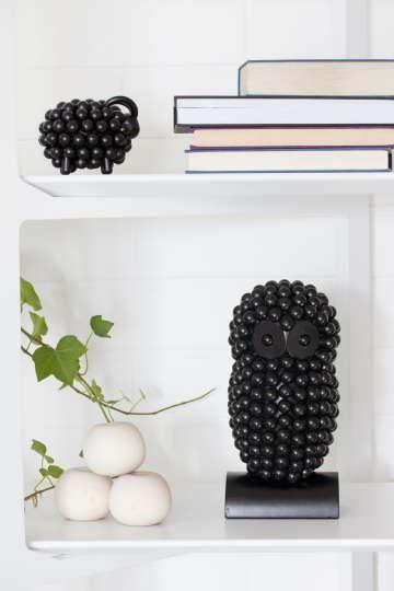 Sisustus - olohuone - mustia koriste-esineitä hyllyillä