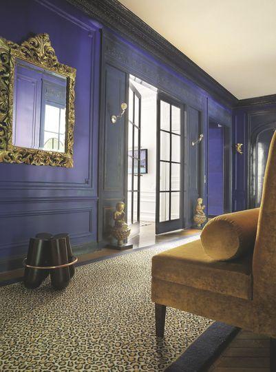 du bleu lapis lazulli et de l or twites par un tapis leopard et une banquette en velour pour un decor tres couture