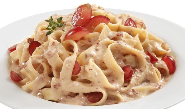 Pasta con salsa de uvas rojas