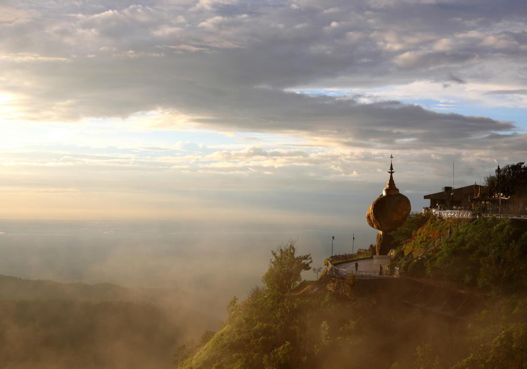 I Burma kan du se Golden Rock - en gylden kampesten, der balancerer på en klippe.