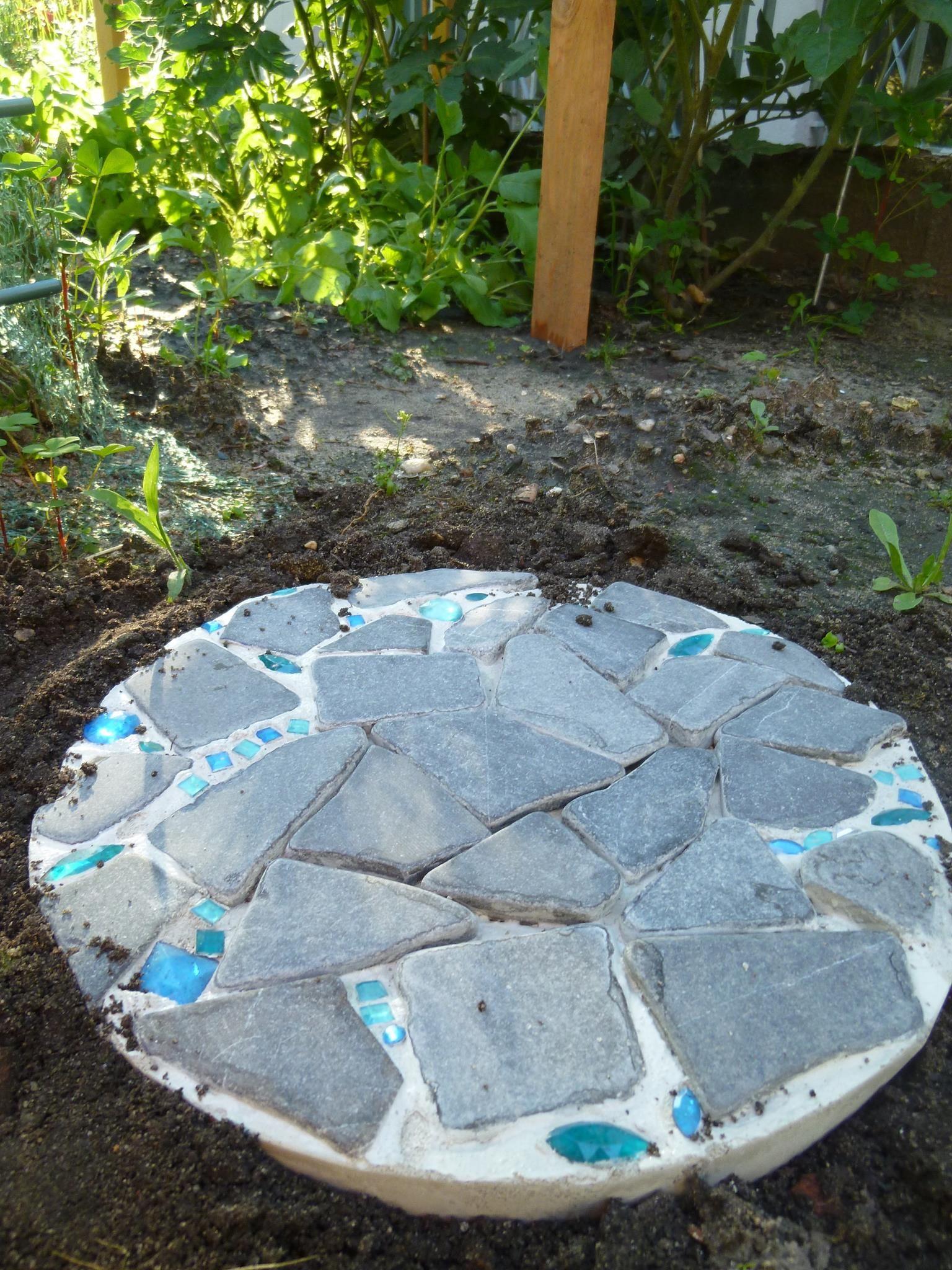 selbstgemachte trittsteine aus mosaik im gemüsebeet machen den
