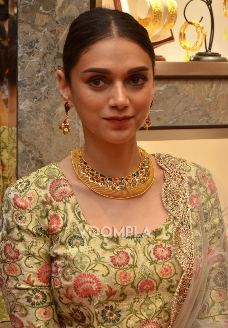Traditional beauty Aditi Rao Hydari is dolled up in Payal Singhal outfit & heavy gold jewellery. via Voompla.com