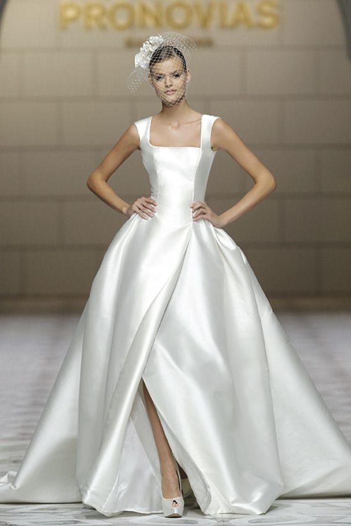 weites Brautkleid mit Schlitz und Trägern, schlicht und elegant ...