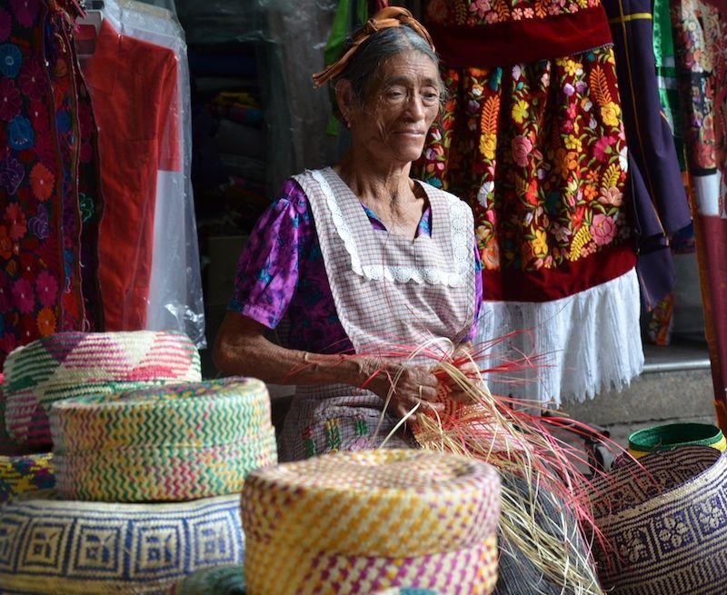 Margarita es una de nuestras artesanas y teje los preciosos estuches de palma donde enviamos las joyería