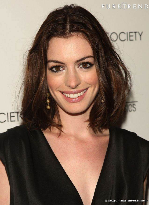 photos ses cheveux bruns anne hathaway les coupe en un carr long et lisse raie au milieu. Black Bedroom Furniture Sets. Home Design Ideas