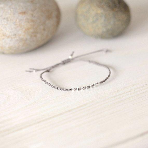 bracelet en micro-macramé et perles blanches opaques