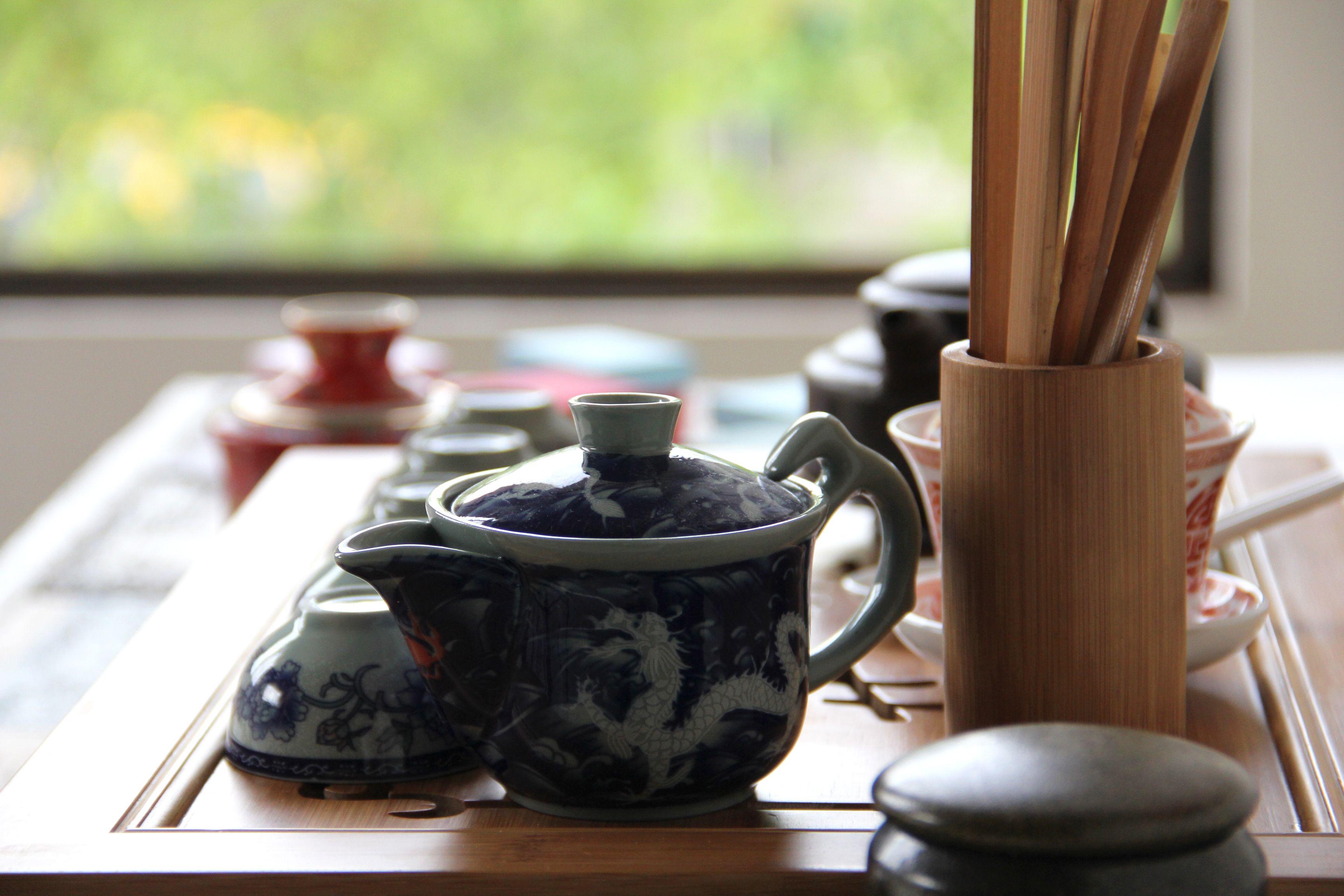 En la cultura japonesa, la ceremonia del té no sólo está destinada a disfrutar de la bebida, sino también, a la creación de una atmósfera especial. Es diseñada como una experiencia espiritual para celebrar la tranquilidad, el respeto y la armonía. #CulturadelTé