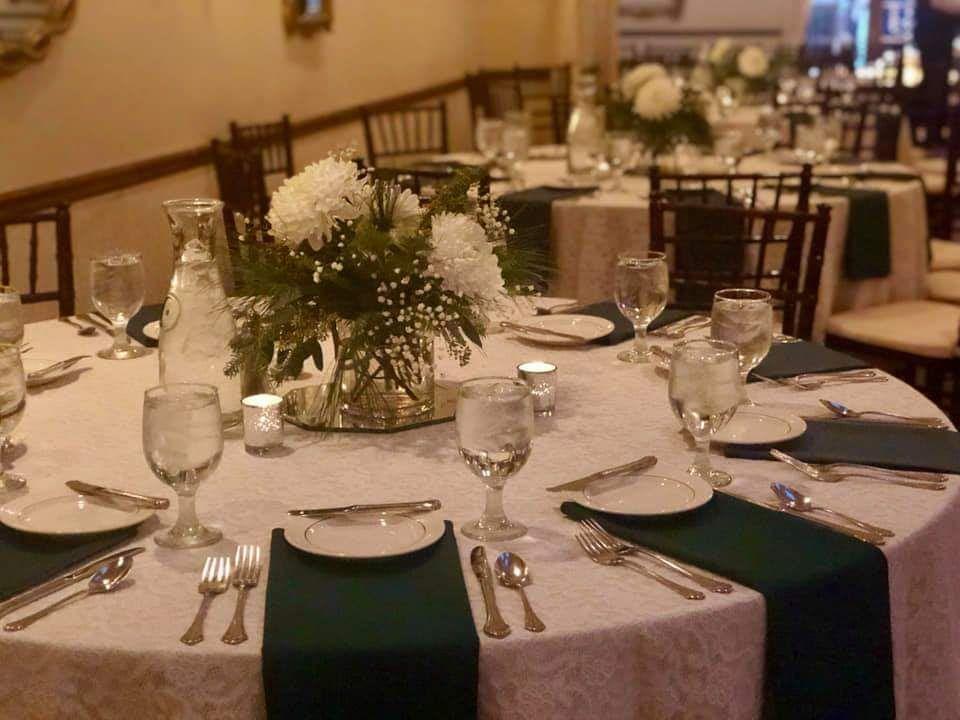 Hunter Green Napkins With Our Ivory And Lace Linens Green White