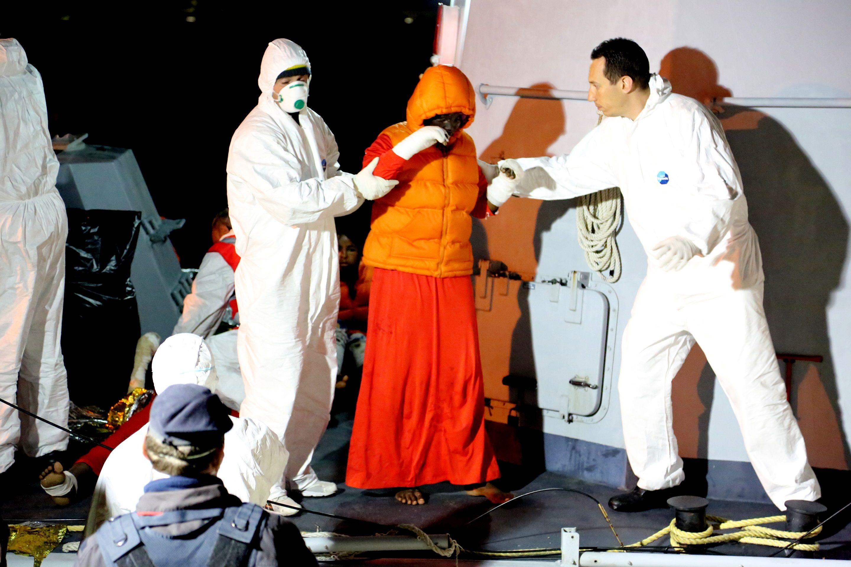 Foto: ©UNHCR/Francesco Malavolta  Nella notte tra il 16 e il 17 aprile un gommone che portava tra i 60 e i 70 migranti dall'Africa sub-sahariana è stato soccorso da un'imbarcazione italiana e portato sull'isola di Lampedusa. Le persone soccorse sono arrivate in condizioni disperate, molte riportavano gravi ustioni, compresi i bambini. Una giovane donna di 25 anni è morta a bordo del gommone.  Ulteriori informazioni: http://goo.gl/5XVW2M