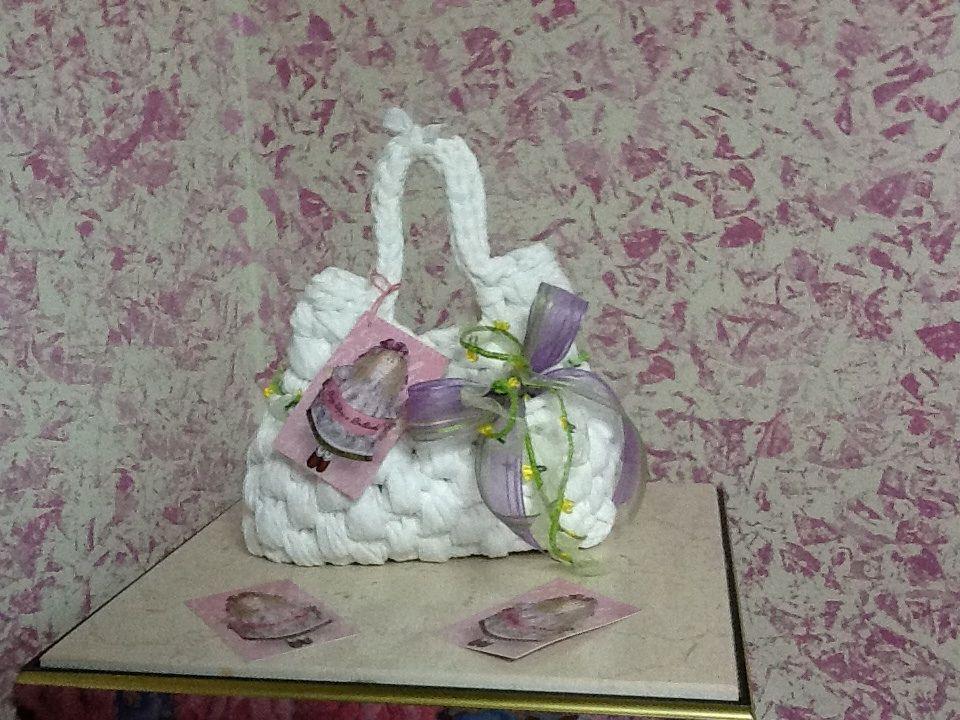 Per la PRIMA COMUNIONE delle nostre piccole principesse ho realizzato PETIT DIVINA......  Fettuccia bianca di tulle con fiocco di organza in seta di colore lilla e un rametto verde con piccoli fiori gialli che la circonda