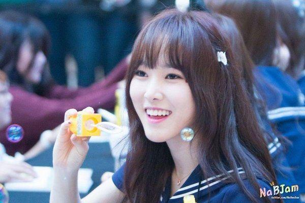 Kpop Kpop Idols Kpop Fan Signing Kpop Idols Bubbles Kpop Bubbles Kpop Meet And Greet Cute Kpop Idols Yuju Bubbles Kpop Idol Gfriend Yuju Kpop