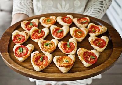 Foto: Lasse Idee für originelles Fingerfood. Blätterteig mit einer Kuchen Herzform ausstechen, Pizzakäse und Tomaten darauf legen und ab in den Ofen. . Veröffentlicht von Kunstfan auf Spaaz.de #blätterteigrosenmitapfel