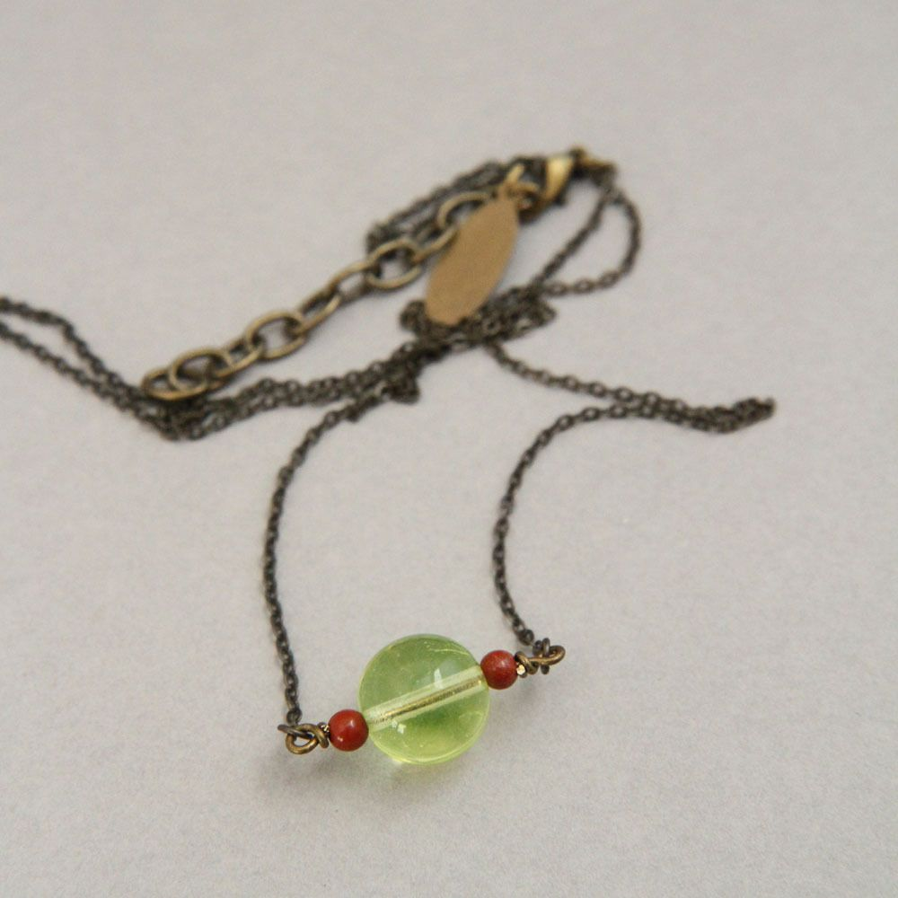 Collier monté sur laiton garanti sans nickel.Fabriqué en petite série.Longueur : 51-56 cm (grâce à la chainette de fermeture).Livré dans un paquet cadeau.19 : laiton bronze, jaspe rouge (4 mm), verre transparent jaune (12 mm).