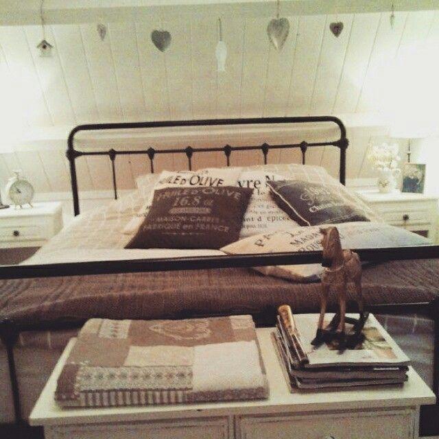 gezellige slaapkamer met spijlenbed en veel decoratie met hart en