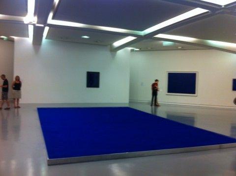 """Fino al 16 dicembre a Nizza, nelle sale del Museo d'Arte Contemporanea, c'è una mostra """"patriottica"""", che porta i colori della bandiera francese. Yves Klein con il suo blu, James Lee Byars con il bianco dei marmi pregiati e il rosso totalizzante di Anish Kapoor."""