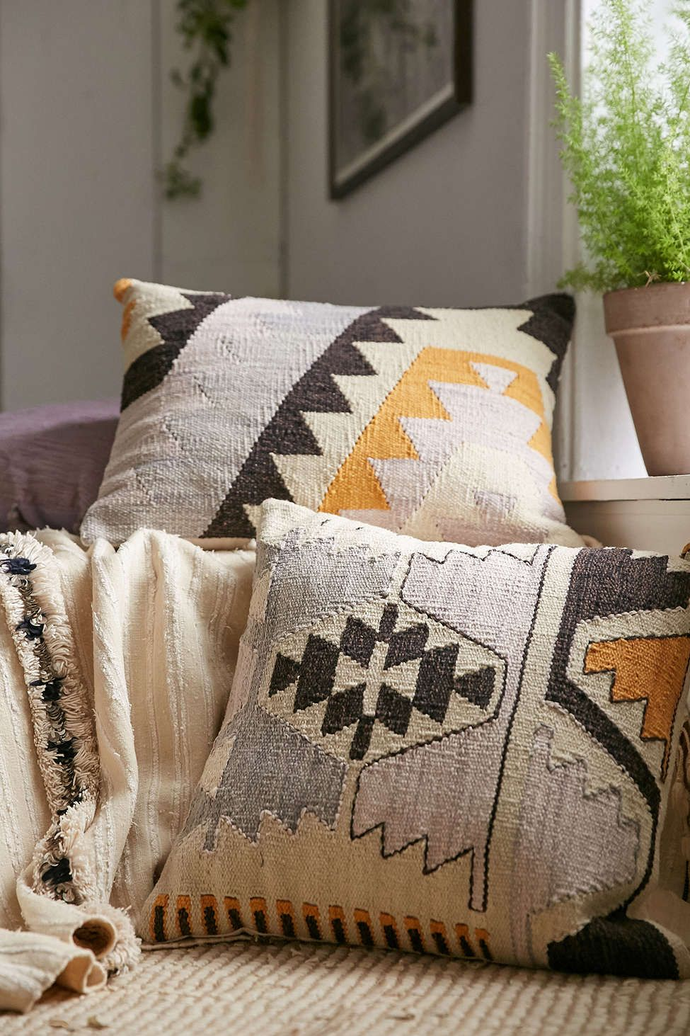 arya kilim woven pillow decorate pinterest deco maison et salon. Black Bedroom Furniture Sets. Home Design Ideas