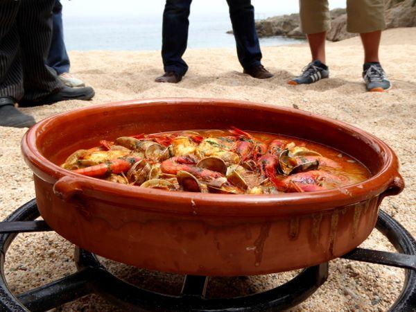 Am Strand von Tamariu liegt in einer kleinen Bucht, ganz versteckt, eine alte Fischerhütte. Früher kamen die Leute an Sonntagen oder zu Festen hier her, um gemeinsam zu essen zu feiern und den Tag am Strand zu verbringen. Es gab damals noch viele dieser Hütten. Jeweils mehrere Leute, Freunde, Familien, fanden sich in einer Art Verein zusammen, u