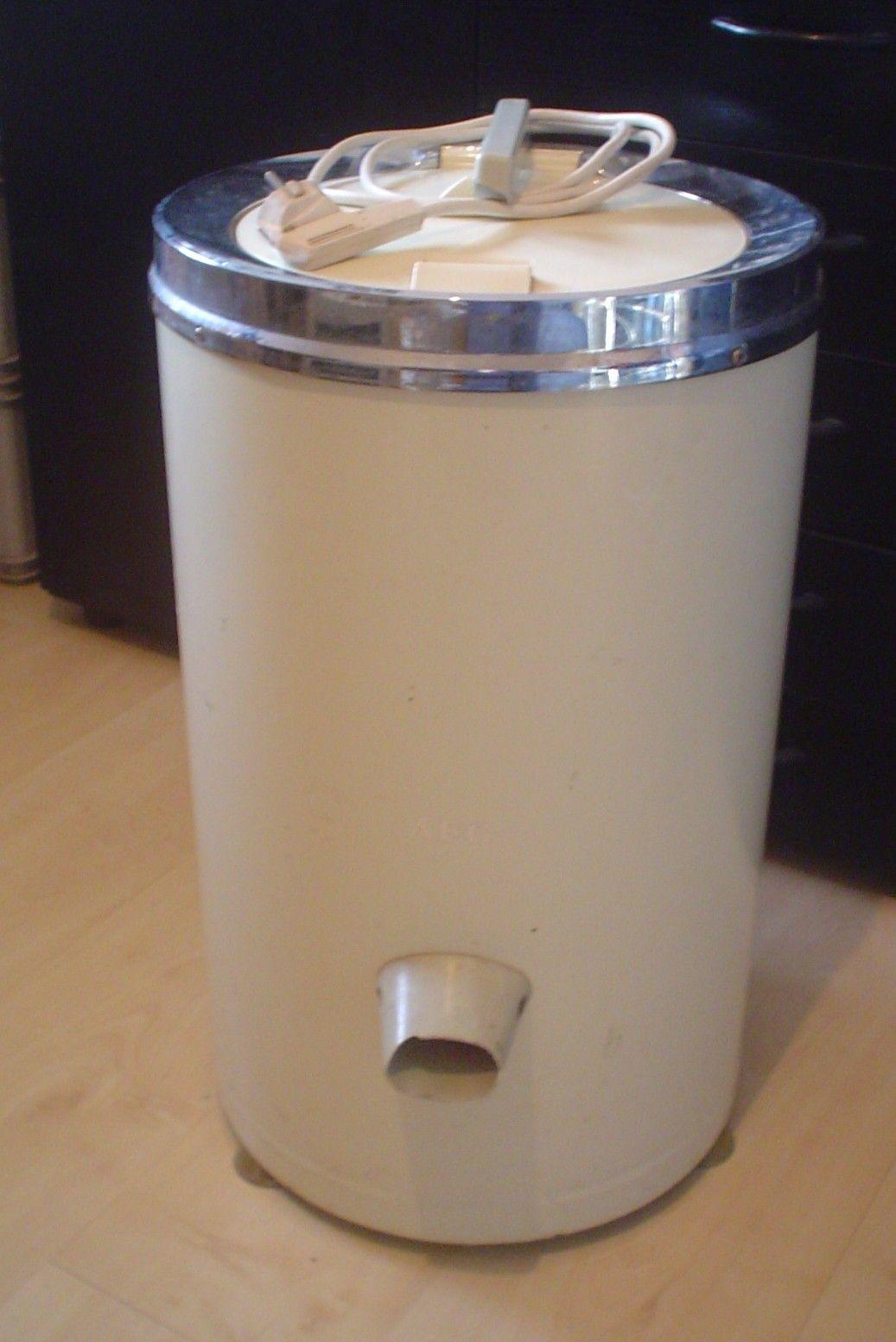 Centrifuge. Deze gebruikte mijn moeder in de jaren 70. De was moest wel gelijkmatig verdeeld worden, anders geen de centrifuge aan de wandel. Ook leuk was het om het deksel open te doen als ie nog draaide. Heel gevaarlijk natuurlijk!