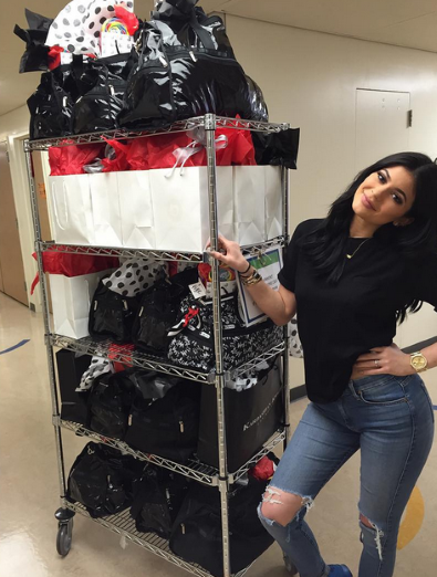Antes de abrir sus propios regalos, Kylie se pasó por el hospital de niños de Los Ángeles para tener... - zeleb.es