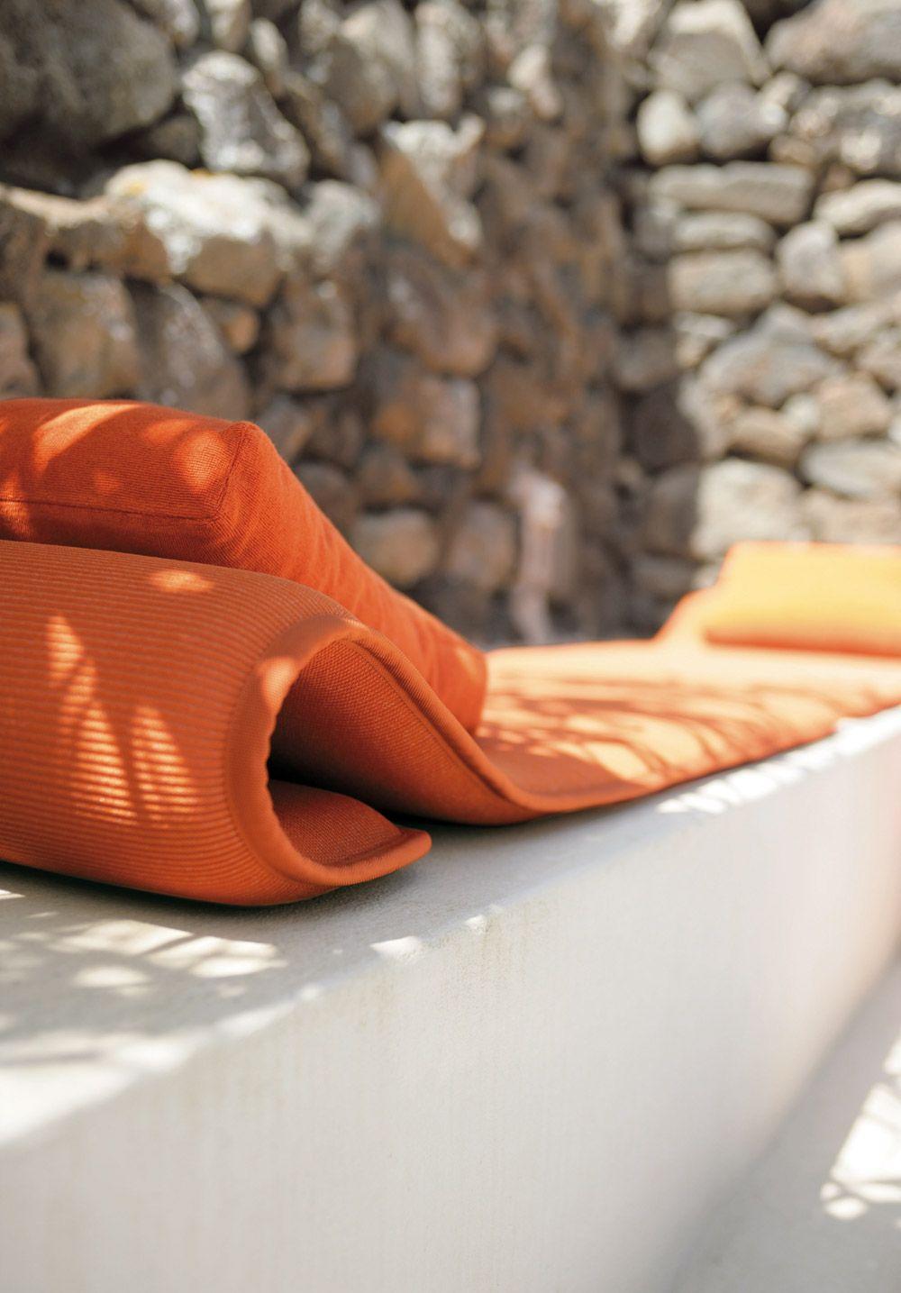 lounger in orange flex paola lenti