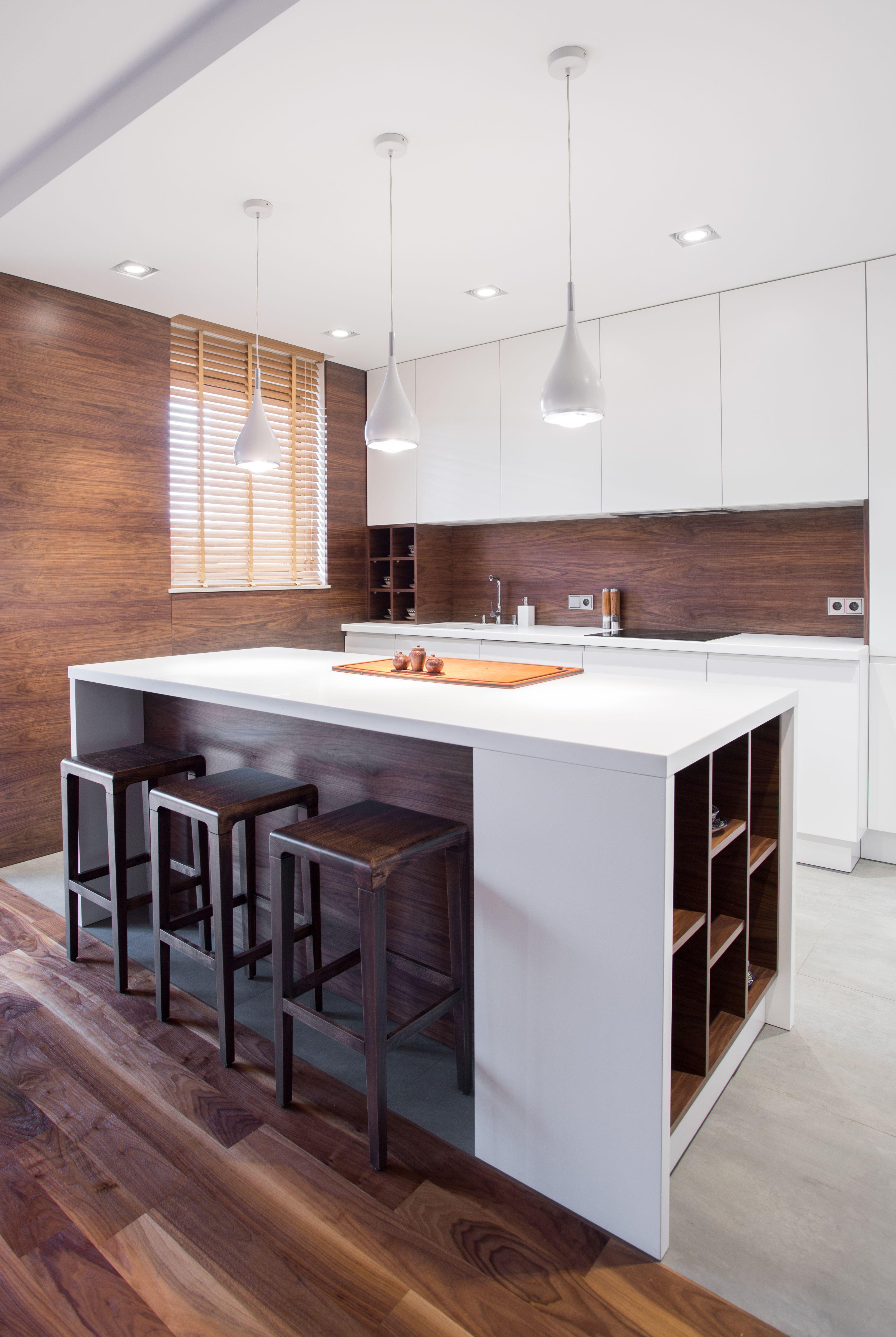 Nowoczesny Minimalistyczny Design Drewnianej Kuchni W Ktorej Przeplata Sie Biel Szafek I Ciemny Kitchen Remodel Small Interior Design Kitchen Modern Kitchen