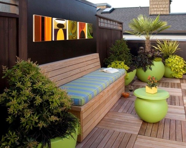 Balkon Sichtschutz Grosse Pflanzkuebel Holz Fliesen Sitzbank ... Balkon Sichtschutz Aus Holz