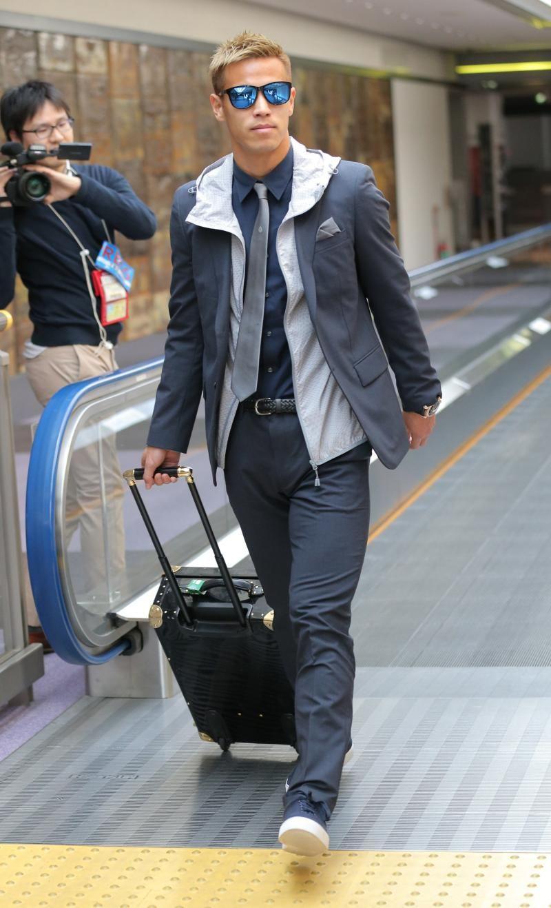 本田、青のサングラス 紺のスーツ姿で帰国 , 日本代表  日刊
