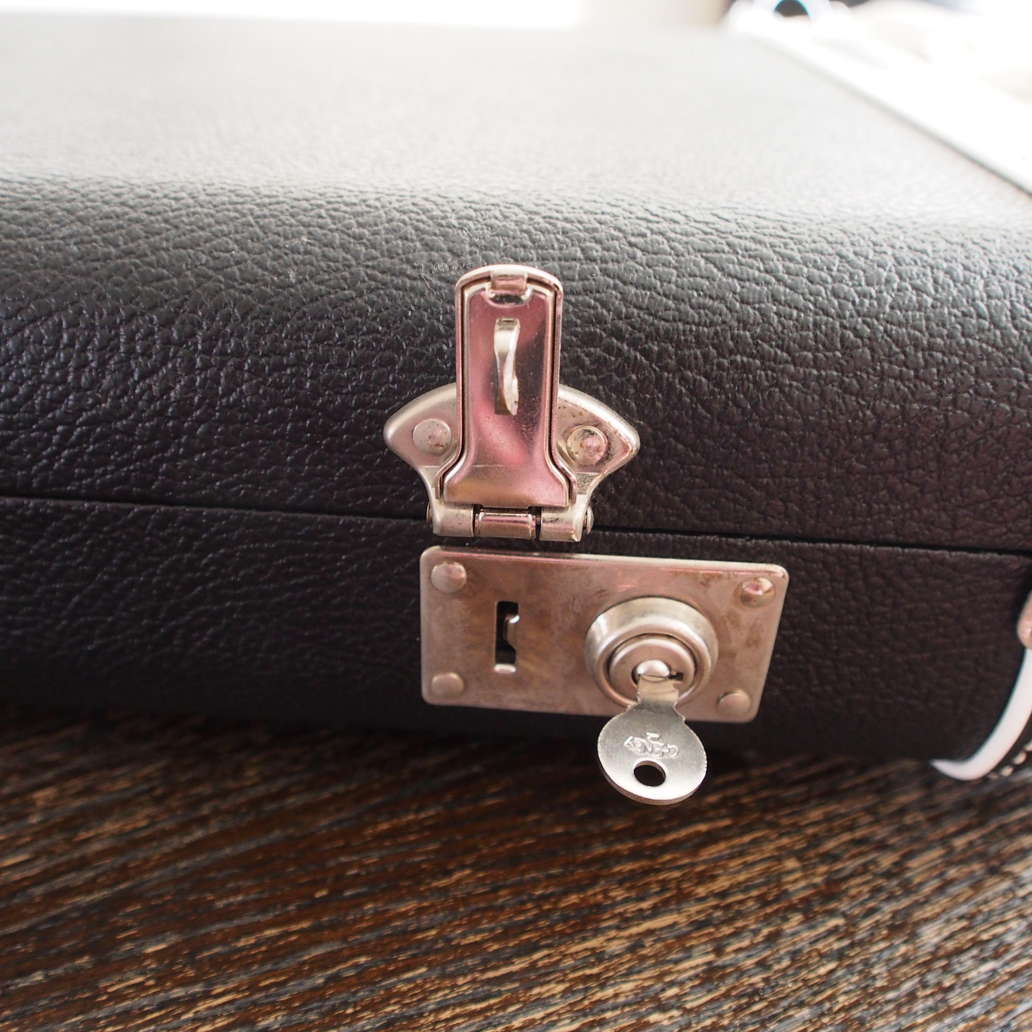 左右のロックは鍵を指す部分を横にスライドすると、フックが外れてあきます。左側のカギのフックが衝撃で外れやすいです。