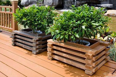 Raised flower bed in wooden box ideas with flower pots for Flower garden box ideas