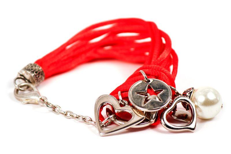 ¿Te gustan las perlas?, ¿los dijes color plata y  los hilos? Fortuna está diseñada para que salgas de lo clásico y combines todos tus atuendos con esta pulsera.