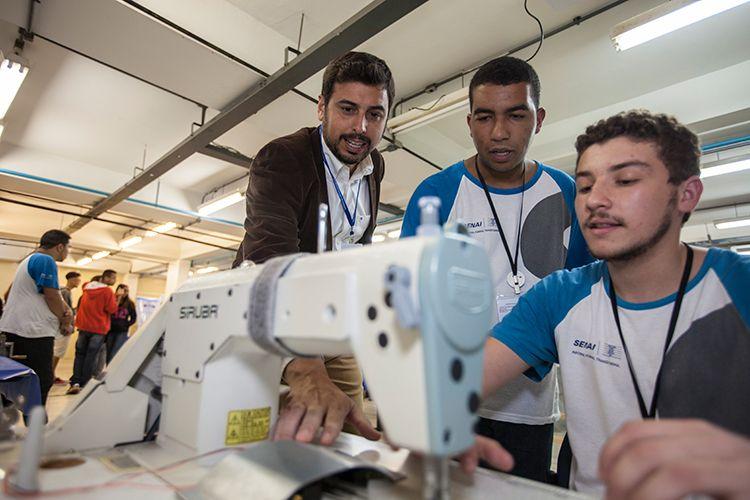Estudantes friburguenses adaptam máquina de costura para deficientes físicos