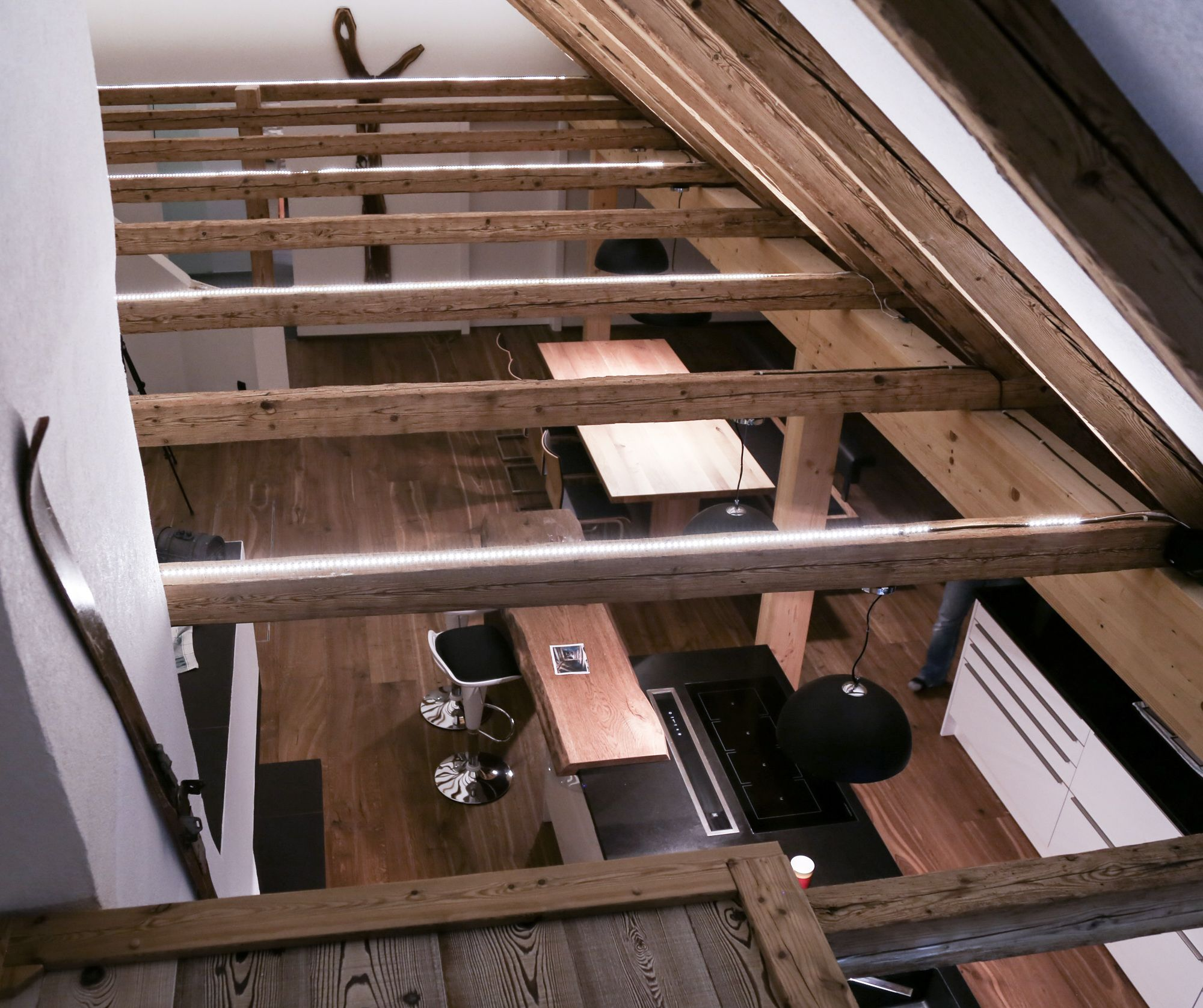 renovierungsprojekt dachbodenausbau mit splitlevel eine besonderheit sind die altholz balken. Black Bedroom Furniture Sets. Home Design Ideas