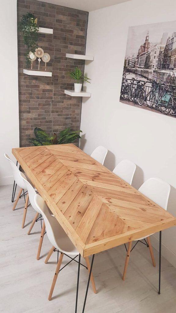 Una mesa de comedor hecha con palets de aire setentero
