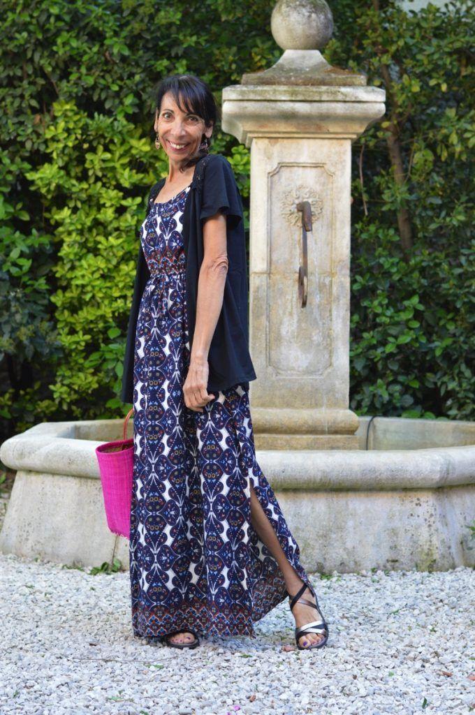 Cette robe longue BABOU est particulièrement ravissante avec son imprimé  sur fond bleu marine, ses fines bretelles et sa fente sur le côté, ...