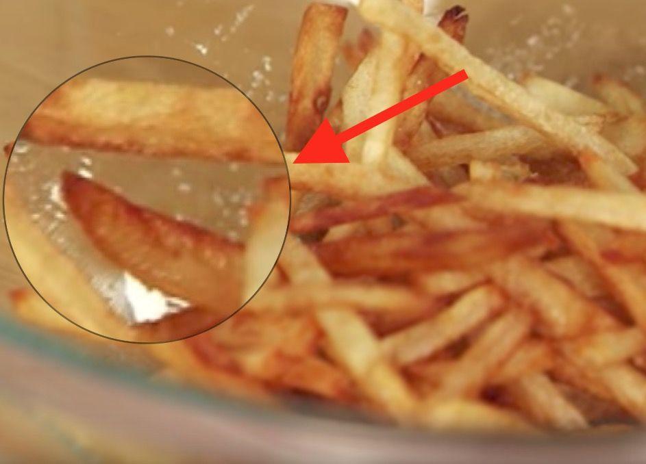 Pidätkö McDonald'sin ranskalaisista? Näin valmistat niitä kotonasi! Ihmiset saattavat olla mitä mieltä tahansa McDonald'sin ruoasta, mutta harva voi väittää etteivätkö mäkkärin ranskalaiset maistuisi herkulliselta. Ranskalaiset sisältävät useita ainesosia, jotka voi helposti korvata arkipäiväisillä