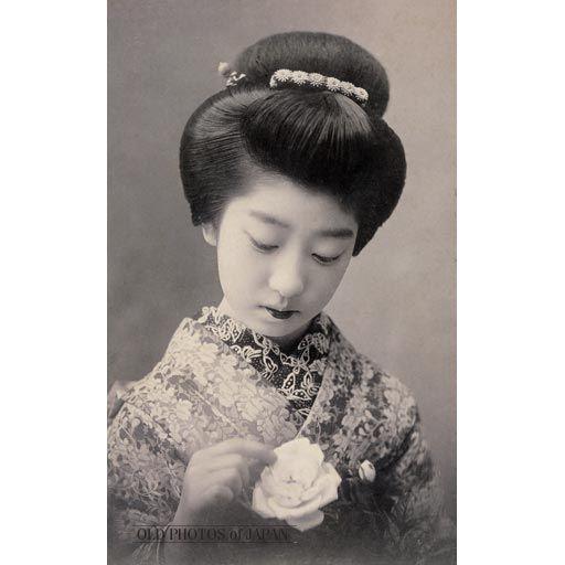 1910年代 • 薔薇を持つ女性 | 大正 美人, 昔 美人, 古い写真