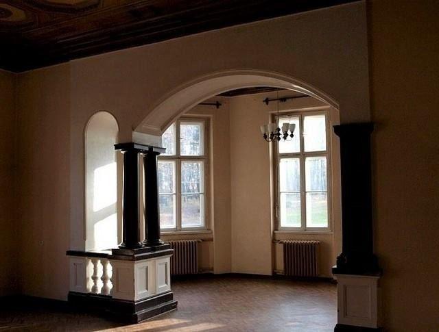 Pałac w Bulowicach – neogotycki pałac rodziny Larischów z 1882 roku. W latach 60. i 70. służył on jako sanatorium dla chorych na gruźlicę, a od lat 80. do 2008 roku jako oddział leczenia odwykowego. Obecnie trwa postępowanie sądowe mające określić, czy możliwy jest zwrot pałacu spadkobiercom dawnych właścicieli, czy też pozostanie on w dyspozycji Skarbu Państwa. Pałac wrócił do spadkobierców dawnych właścicieli.