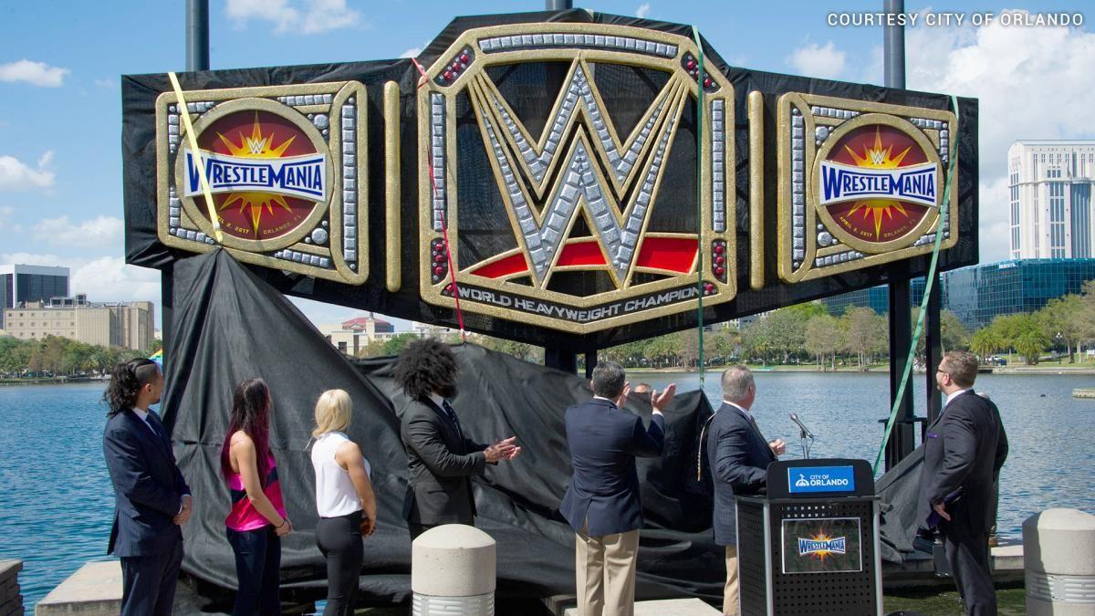 WWE enthüllt gigantischen WWE Championtitel in Orlando: Fotos