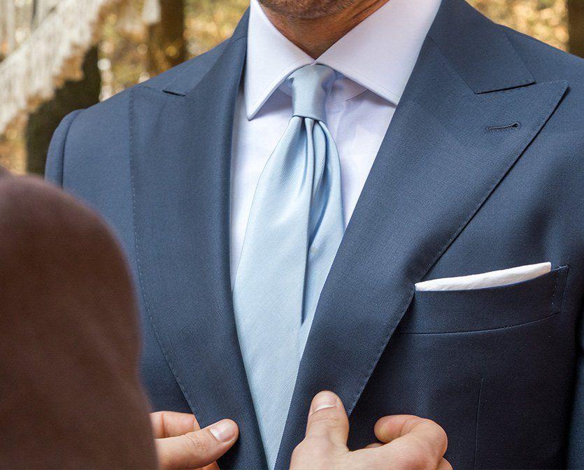 Abito Da Sposo Blu Zucchero Con Cravatta Azzurrina E Pochette Bianca Abiti Da Sposa Blu Abiti Sposo