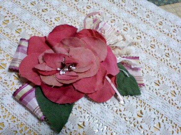 大きいお花のコサージュです。お花の大きさ 9㎝ぐらい全体の大きさ 14㎝ぐらい布を手染めで染めております。布花はとてもデリケートです。湿気に弱いので、濡れた手...|ハンドメイド、手作り、手仕事品の通販・販売・購入ならCreema。