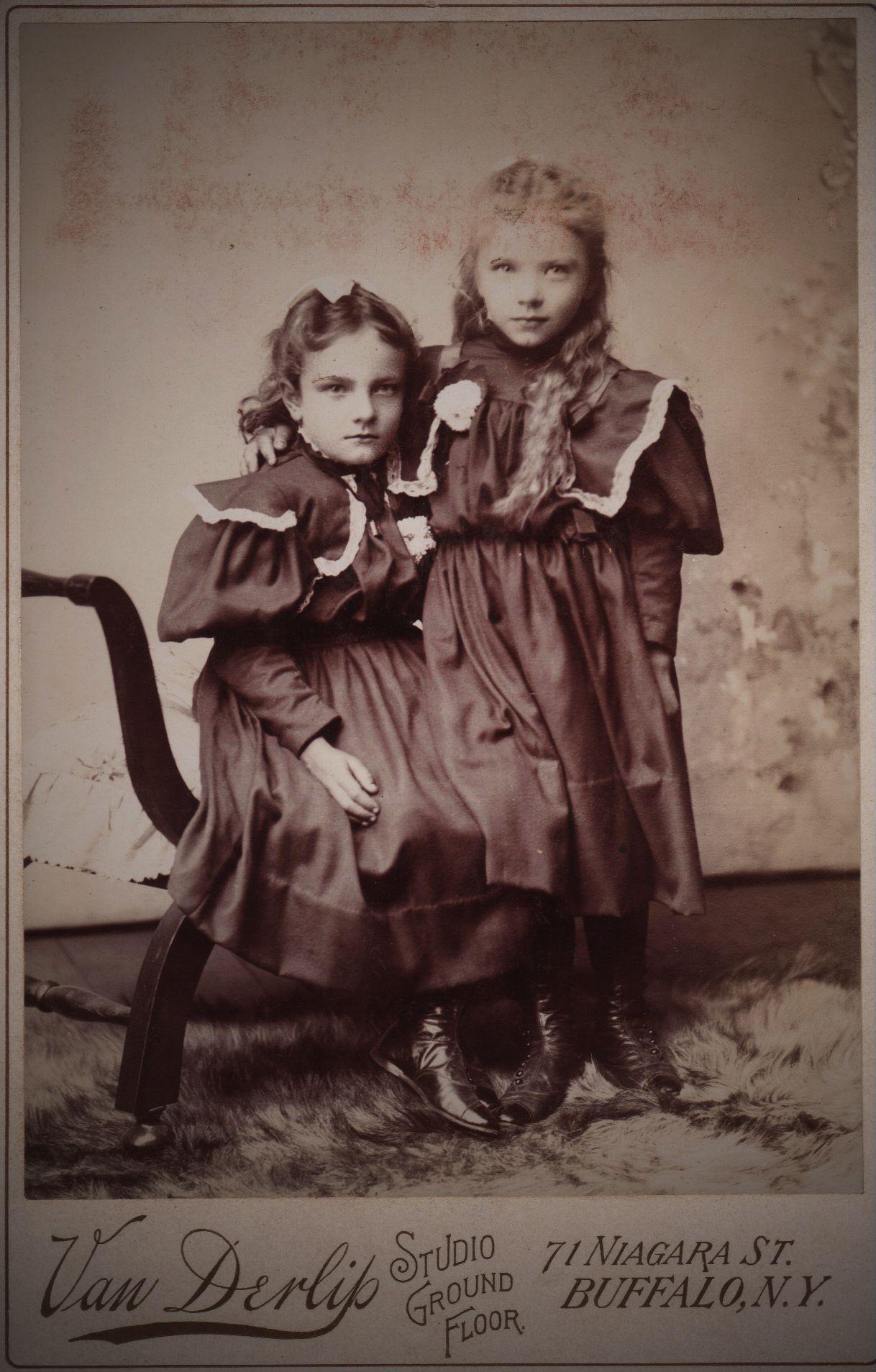 A Slightly Creepy Family Photo Of Sisters Creepy Vintage Victorian Portraits Victorian Photos