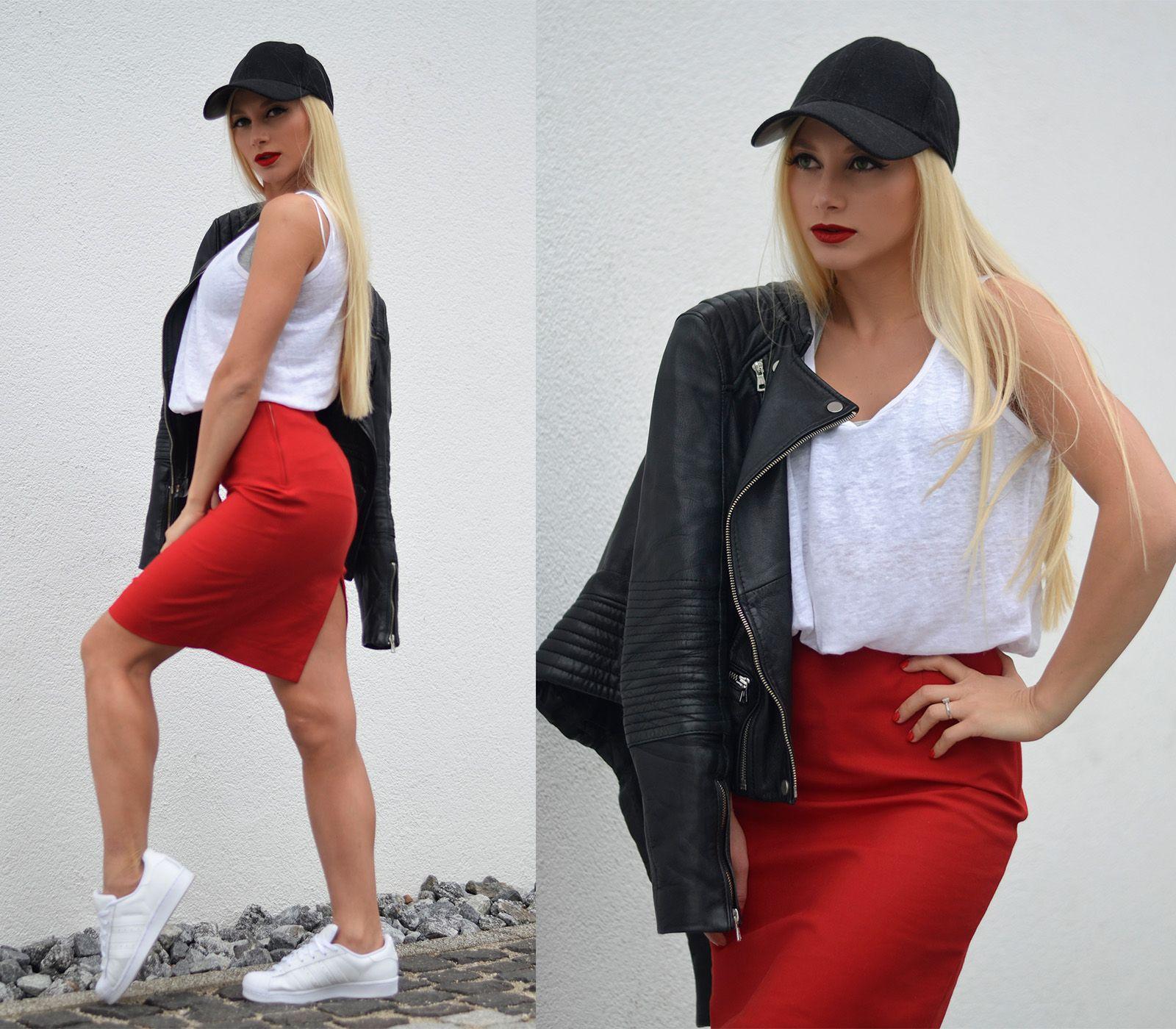 Lápiz rojo falda, unas zapatillas blancas (Adidas Originals), blanco T Shirt